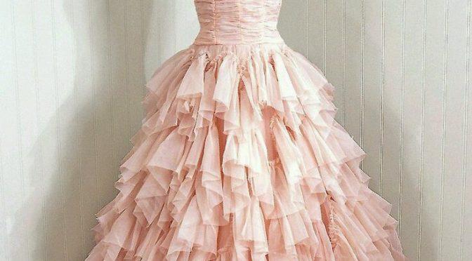 За какво да внимаваме при покупка на бална и сватбена рокля онлайн ?